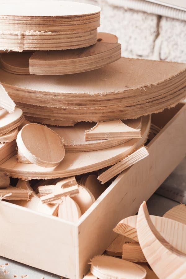 Zimmereikonzept Sperrholzwerkstücke, welche auf die Verarbeitung warten stockbild