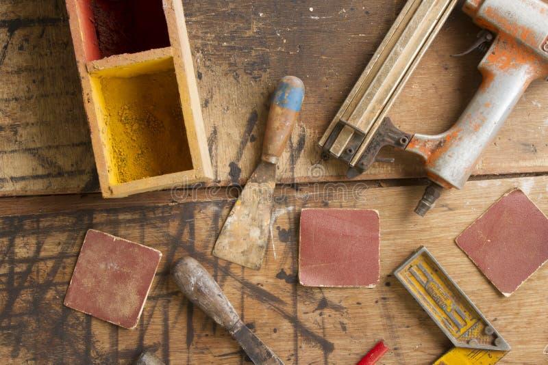 Zimmereiwerkzeuge auf hölzerner Tischplatteansicht stockfotos