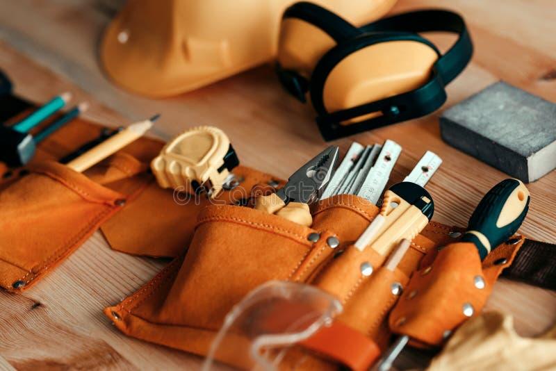 Zimmereiwolle und Schutzausrüstung auf dem Schreibtisch stockfoto