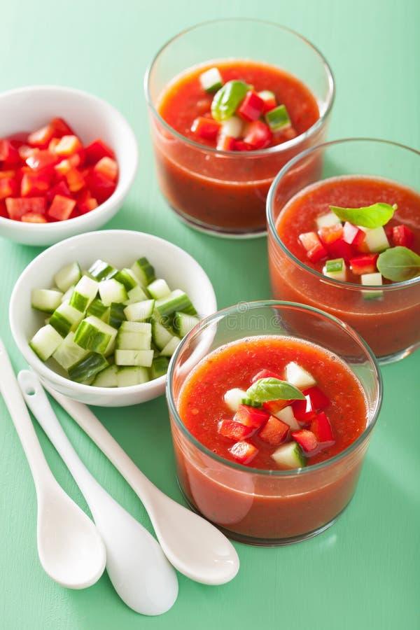 Zimna gazpacho polewka w szkle obrazy stock