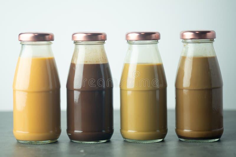 Zimna kawa, zimna tajska herbata i zimne kakao w szklanych butelkach obrazy stock