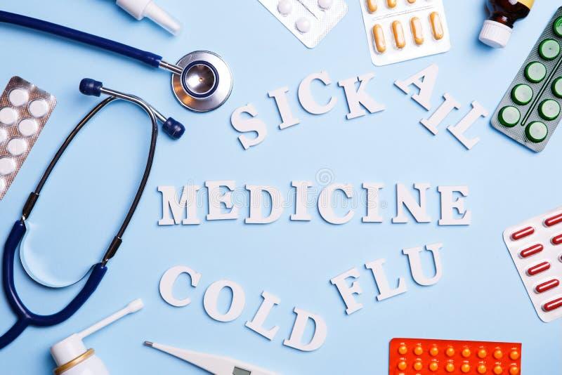 Zimna medycyna, termometr, fonendoskop i słowa: choroba, choruje, medycyna, zimno i grypa, obrazy royalty free