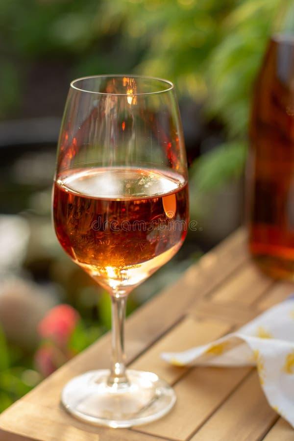 Zimna różany wino w szkłach słuzyć na plenerowym tarasie w ogródów wi zdjęcie stock