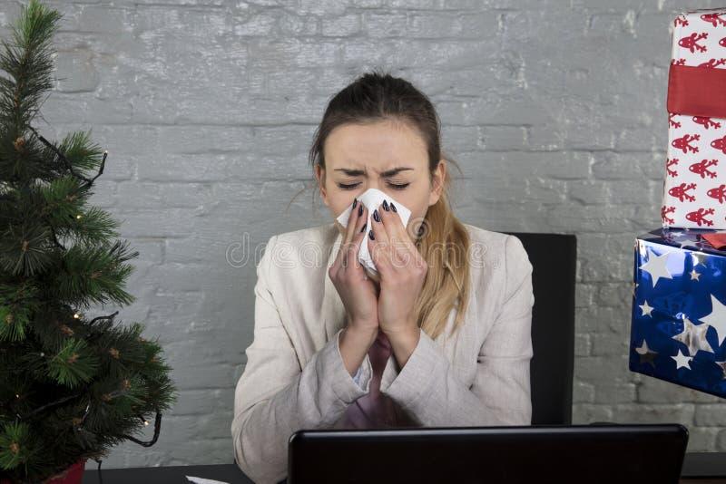 Zimna sekretarka dmucha jej nos w chusteczkę zdjęcie stock
