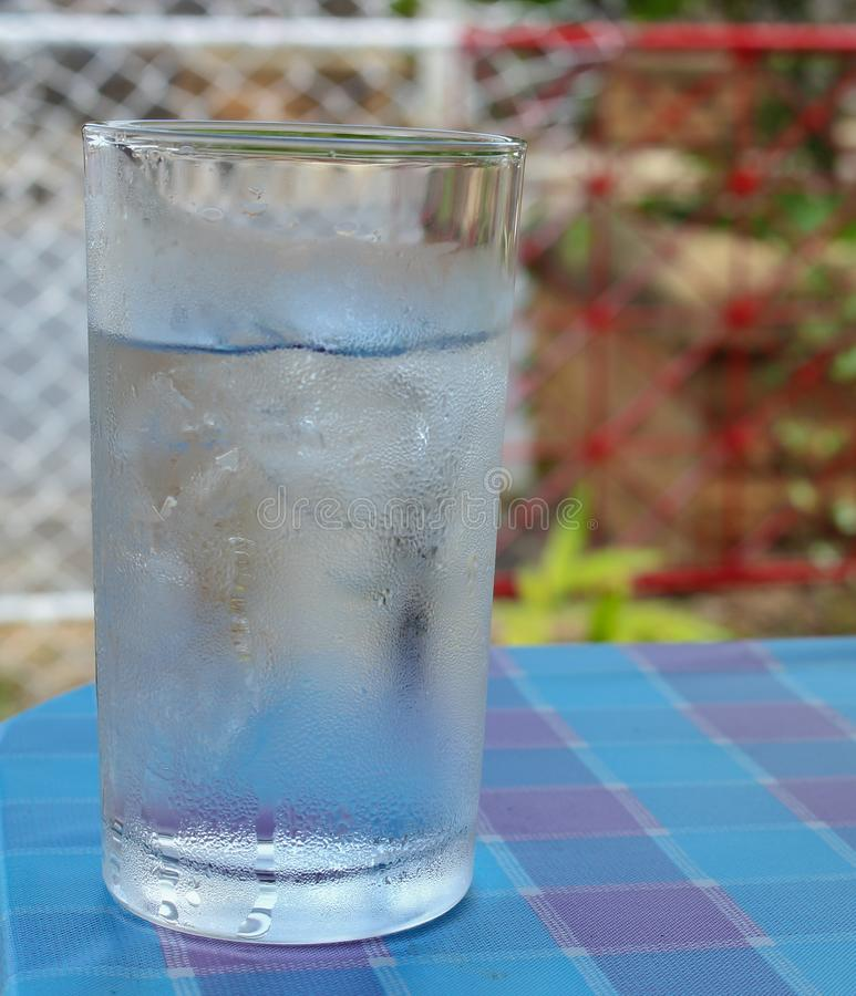 Zimna Woda na drewno stole szkło Chłodno świeży napój zdjęcie stock