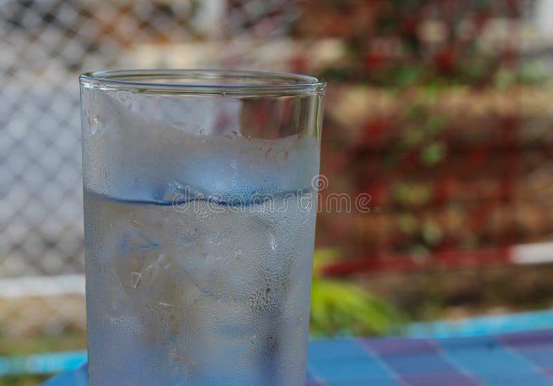 Zimna Woda na drewno stole szkło Chłodno świeży napój obraz royalty free
