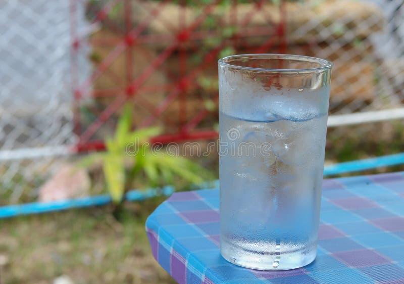 Zimna Woda na drewno stole szkło Chłodno świeży napój z lodem obraz stock