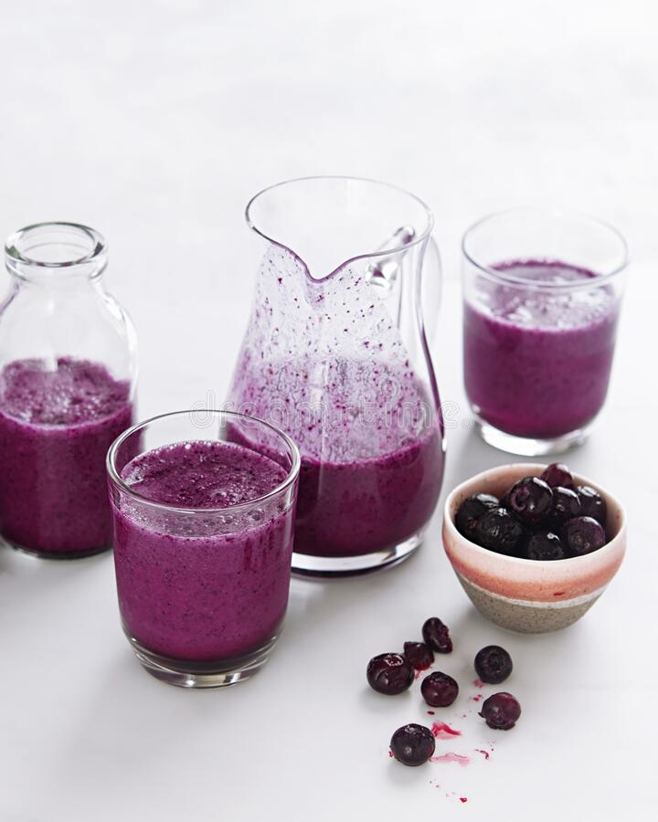 Zimne blended blueberry Smoothies, Shakes lub Cocktails in Glasses on White Background With copy space Detoks nadpokarmowy obrazy stock