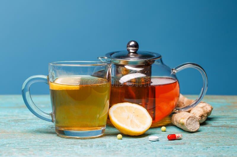 Zimne medycyny, herbata, cytryna i imbir na drewnianym b??kitnym tle, fotografia royalty free