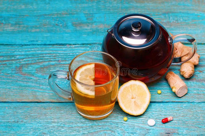 Zimne medycyny, herbata, cytryna i imbir na drewnianym b??kitnym tle, zdjęcia royalty free