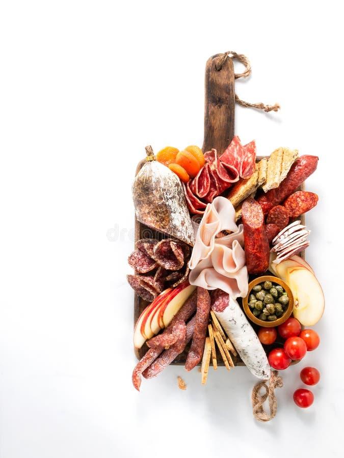 Zimnego mięsa talerz, charcuterie na białym tle z kopii przestrzenią Tradycyjny Hiszpański tapas wybór - chorizo, salchichon, jam fotografia royalty free