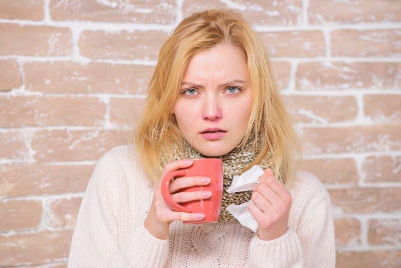 zimni grypowi remedia Pije wi?cej ciecz dostaje pozbywaj?cy si? zimno Pij?cy obfito?? fluid znacz?co dla zapewnia? po?piesznego w zdjęcie stock