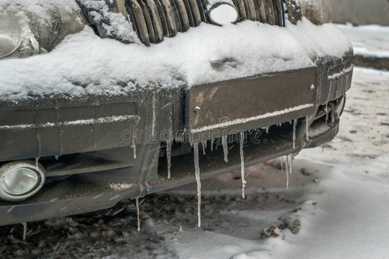 Zimno marznący samochodowy zderzak w zima sezonie w soplach i brudzie obrazy stock