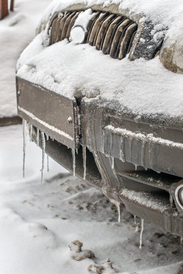 Zimno marznący samochodowy zderzak w zima sezonie w soplach i brudzie zdjęcia royalty free