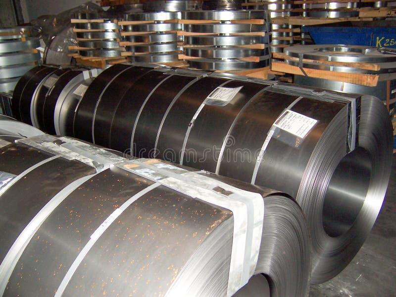 Zimno - staczająca się stalowa zwitka przy miejscem składowania w stalowego przemysłu roślinie zdjęcia stock