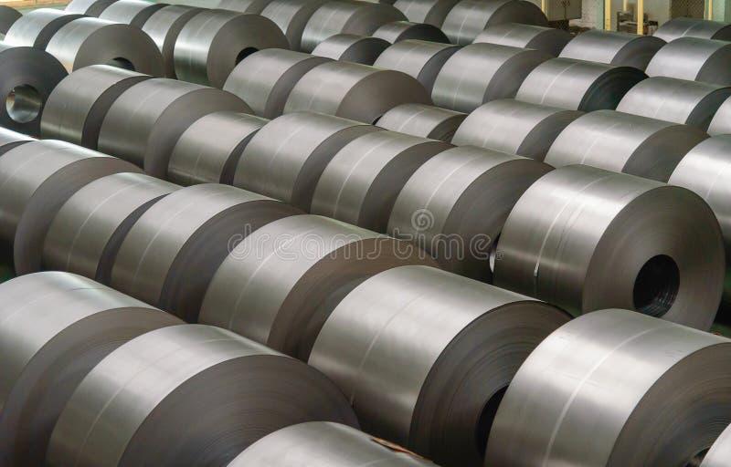 Zimno - staczająca się stalowa zwitka przy miejscem składowania w stalowym przemysle zdjęcia stock