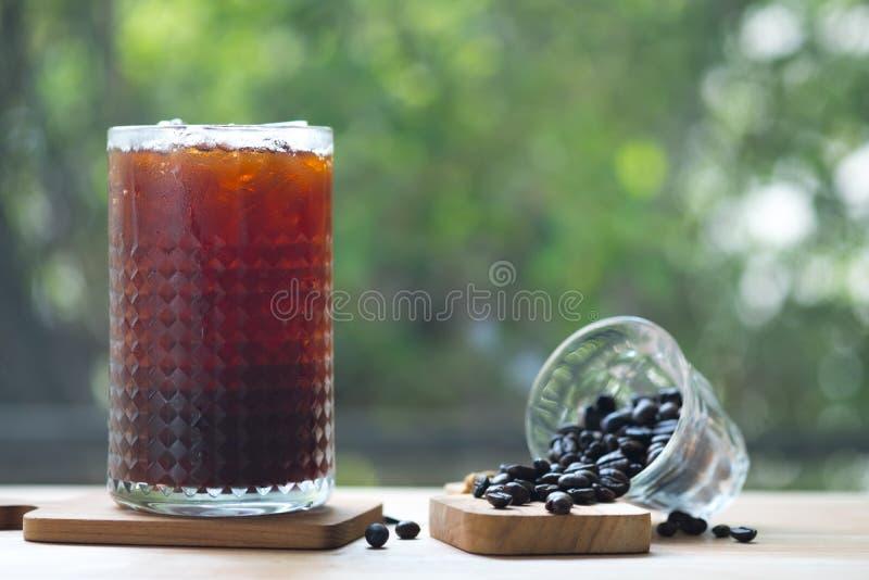 Zimno warzył lukrową kawę w wysokim szkle z kawowymi fasolami zdjęcie stock