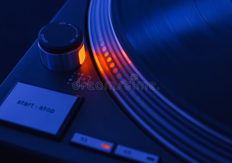 Zimny brzmienia spojrzenie wirować staromodnego turntable zdjęcie stock