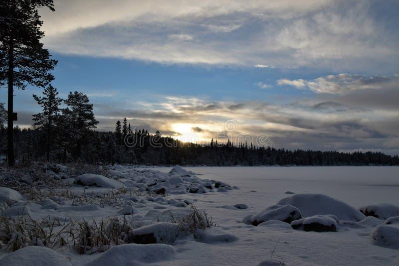 Zimny dzień przy jeziorem w Norwegia obraz stock