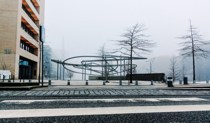Zimny i mglisty wieczór w centrum biedne miasto Hamburg zdjęcia stock