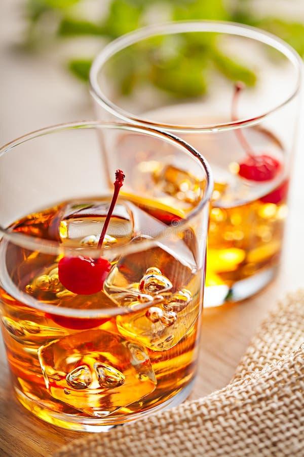 Zimny lato koktajlu napój z wiśnią zdjęcia stock