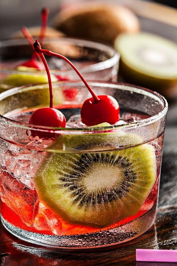Zimny lato koktajlu napój z wiśnią i kiwi zdjęcia stock