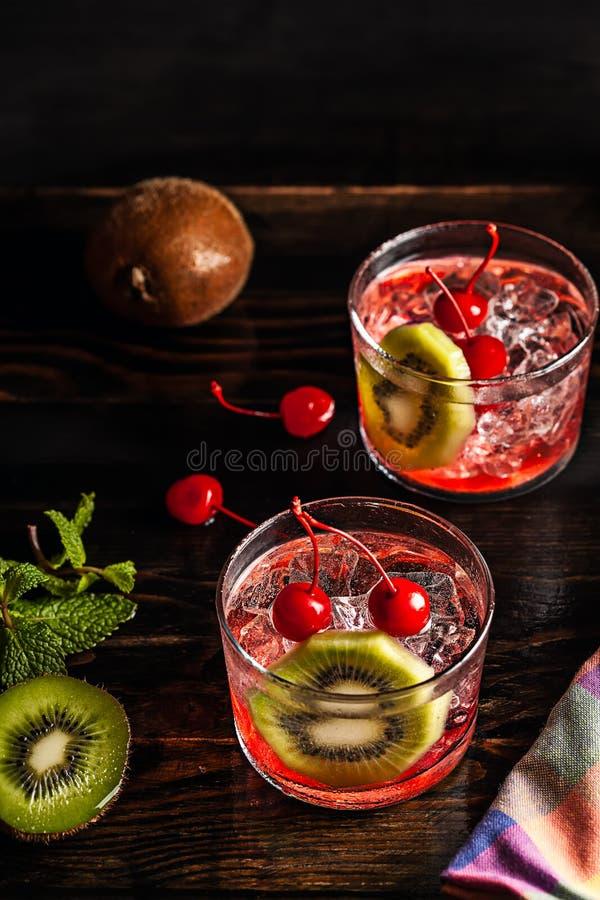 Zimny lato koktajlu napój z wiśnią i kiwi obraz royalty free