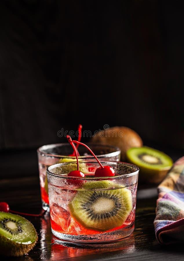 Zimny lato koktajlu napój z wiśnią i kiwi zdjęcia royalty free