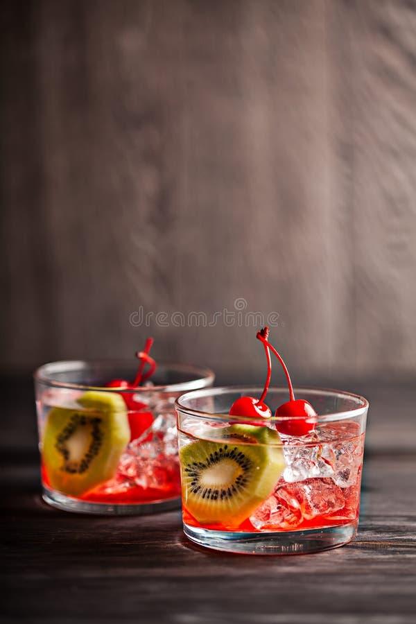 Zimny lato koktajlu napój z wiśnią i kiwi obrazy stock