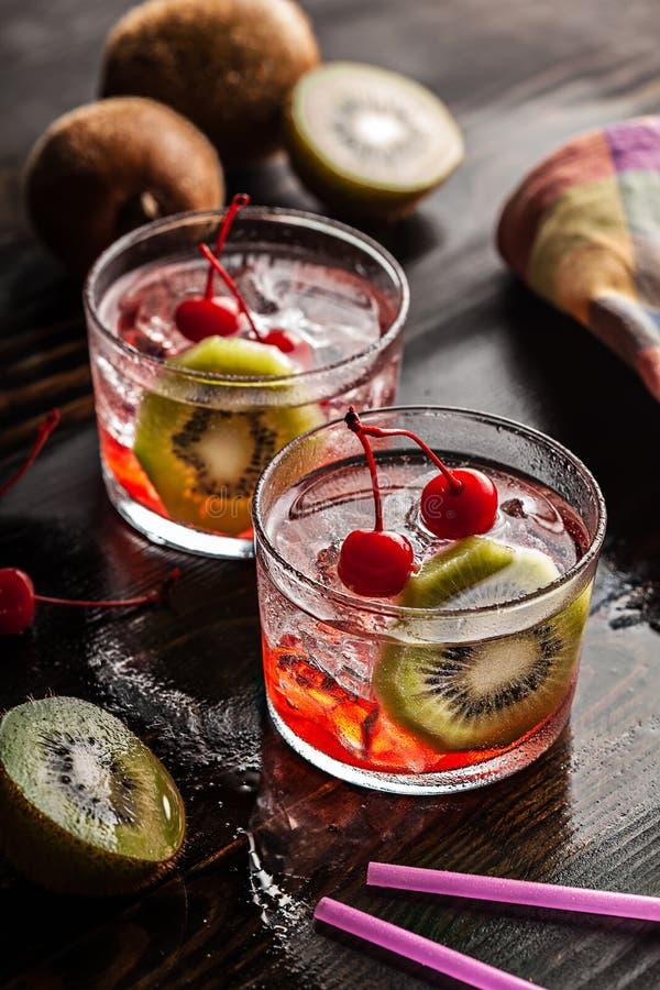 Zimny lato koktajlu napój z wiśnią i kiwi fotografia royalty free