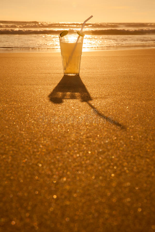 Zimny napój z plasterkiem cytryna na plaży zdjęcia royalty free