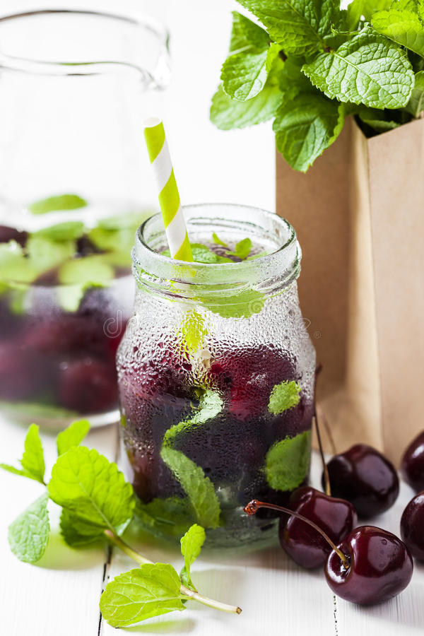 Zimny napój z słomą - czereśniowy lato koktajl obrazy stock