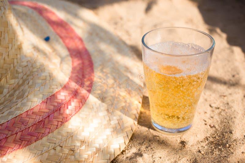 Zimny piwo i lato kapelusz na plaży Relaksujący urlopowy pojęcie wizerunek zdjęcie royalty free