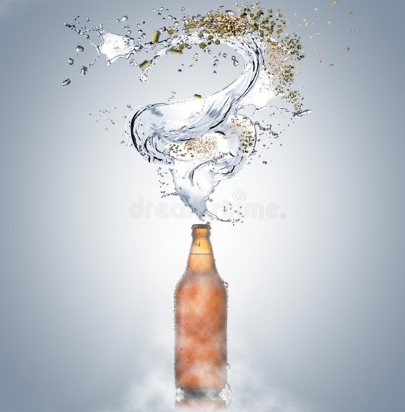 Zimny piwo z kawałkami i pluśnięciami woda lód i krople butelką, lupus, słód na szarym tle obrazy stock