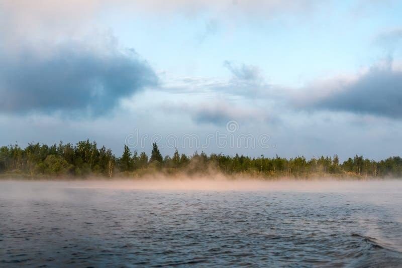 Zimny pogodny wschód słońca na jeziorze zdjęcia royalty free