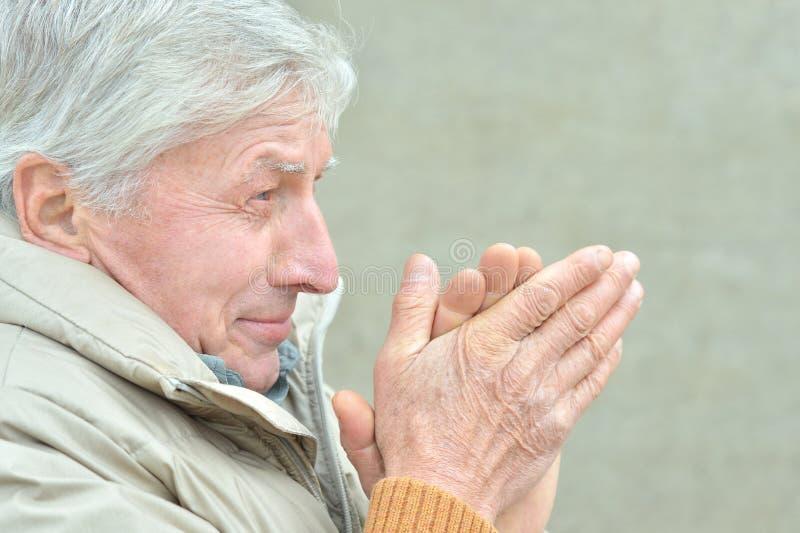 Zimny starszy mężczyzna obraz royalty free