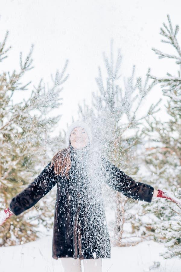 Zimowa kobieta dmuchająca śnieg obraz royalty free