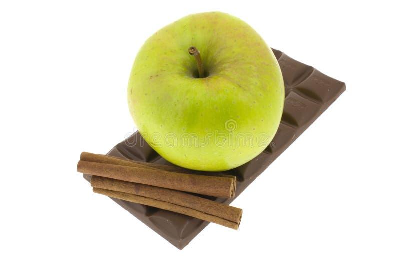 Zimt mit einem Stab der Schokolade und des Apfels lizenzfreie stockfotografie