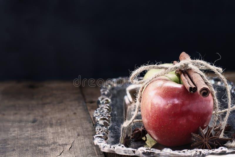 Zimt und Äpfel lizenzfreies stockfoto