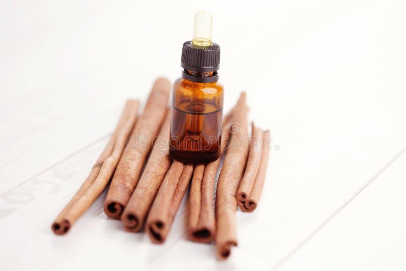 Zimtaromatherapieöl stockfoto
