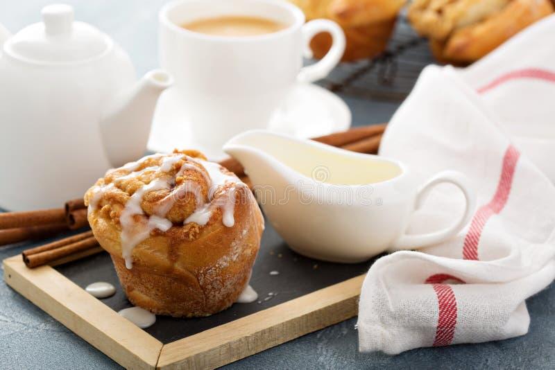 Zimtbrötchen zum Frühstück lizenzfreies stockbild