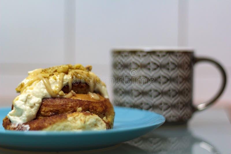 Zimtgebäck mit Sahne Käse- und Teeschale auf dem Hintergrund stockfotografie