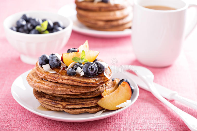 Zimtkokosnuss-Mehlpfannkuchen mit frischen Früchten stockfotos
