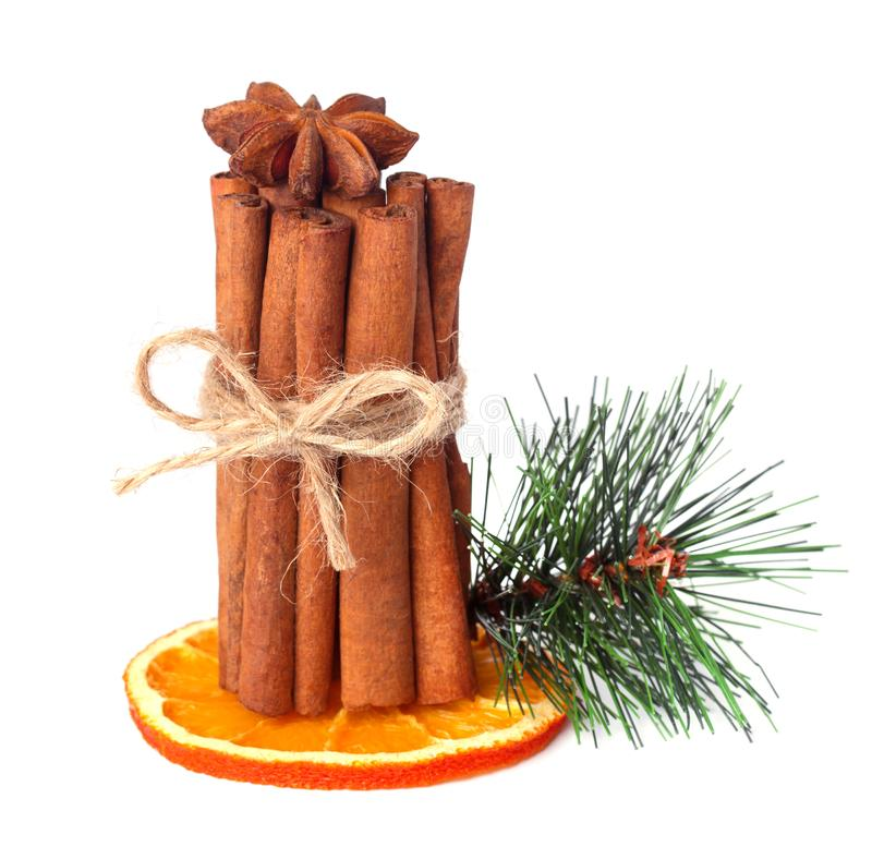 Zimtstangen, Sternanis, Nelken und getrocknete Orange mit den künstlichen gezierten Zweigen lokalisiert lizenzfreie stockbilder