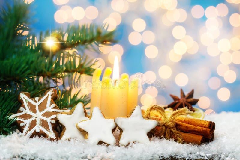 Zimtsterne und -gewürze vor Weihnachtsdekoration stockbild