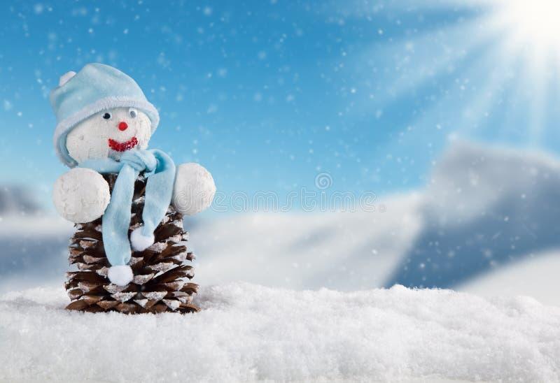 Zimy śnieżna sceneria z śnieżnym mężczyzna zdjęcia royalty free