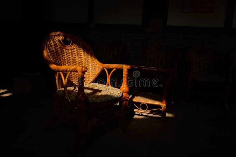 Zimy światło słoneczne na Chińskim tradycyjnym karle robić ratan, b zdjęcia royalty free