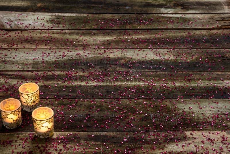 Zimy życie z rozjarzonymi blaskami świecy nad prawdziwym dekoracyjnym drewnem zdjęcia royalty free