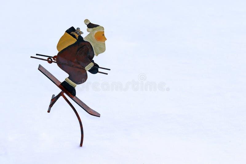 Zimy dekoracja - narciarstwo Święty Mikołaj w śniegu zdjęcia stock