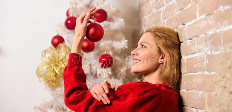 Zimy dekoracja Zima wakacji pojęcie Dziewczyna dekoruje choinki z ornamentami Czekać boże narodzenia dziewczyna fotografia stock